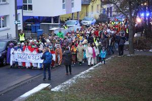 Diözesane Aussendungsfeier der Sternsinger im Bistum Würzburg: Rund 250 Mädchen und Jungen zogen mit ihren Begleitern durch die Innenstadt zur Pfarrkirche Sankt Josef.