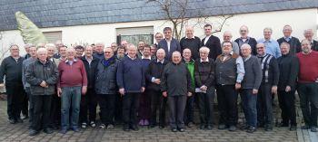 """Rund 40 Mitglieder der Priestergemeinschaft """"Jesus Caritas"""" nahmen am Weihnachtstreffen auf der Benediktushöhe in Retzbach teil."""
