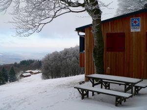 Aufwändig modernisiert hat die Bergwacht ihre Station neben dem Blicklift. Von hier überblickt man den oberen Teil der Piste, inmitten der die Gemündener Hütte steht. Ein Stückchen weiter unten befindet sich die Haflinger-Alm, die nach über anderthalb Jahrzehnten ab dem nächsten Herbst wieder zugänglich sein soll.
