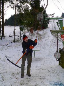 Skiliftbetreiber Thomas Fuß bei der Kontrolle der Bügel.