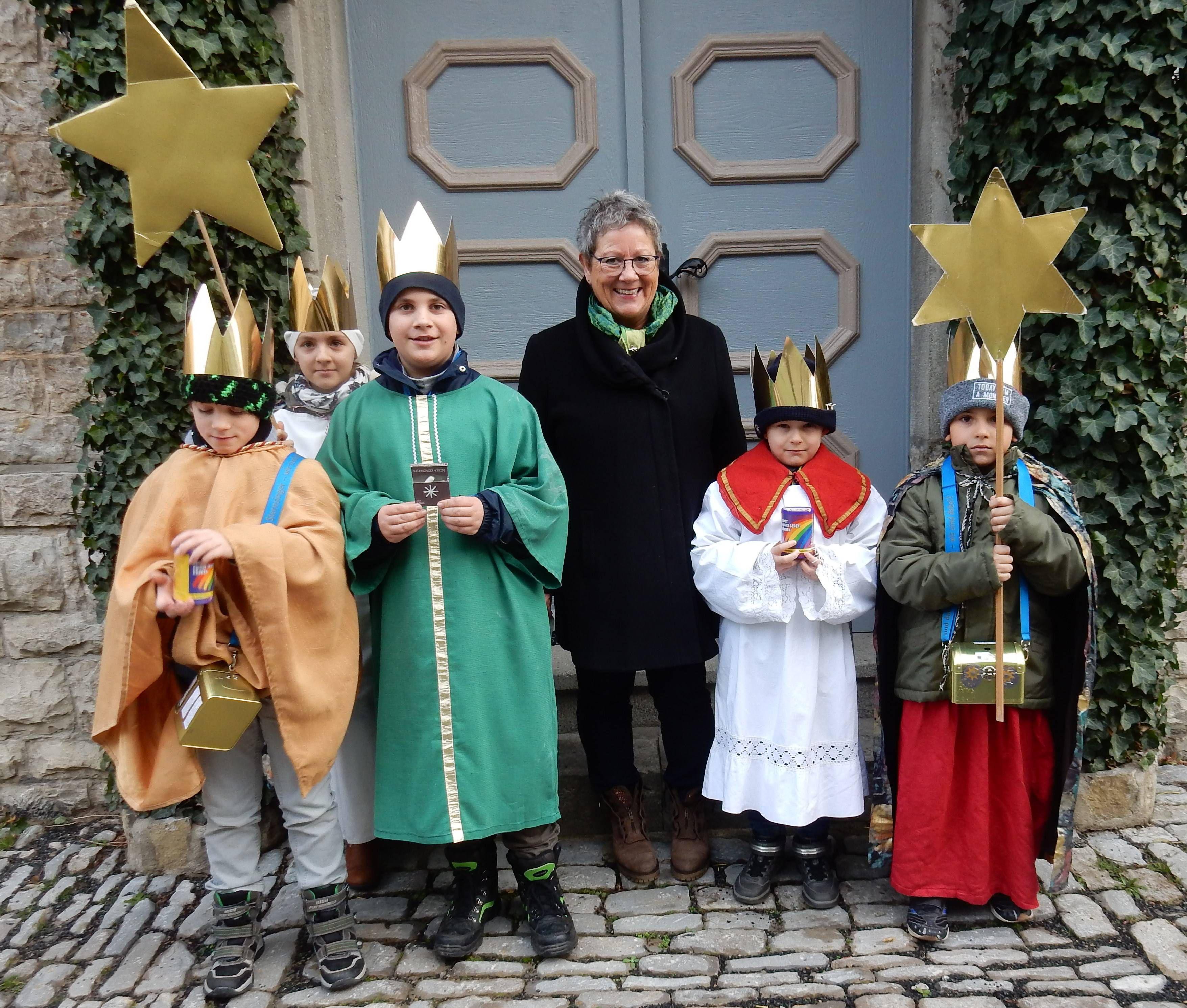In Albertshofen (Dekanat Kitzingen) haben fünf Sternsinger in zwei Gruppen den Segen in die Häuser gebracht.