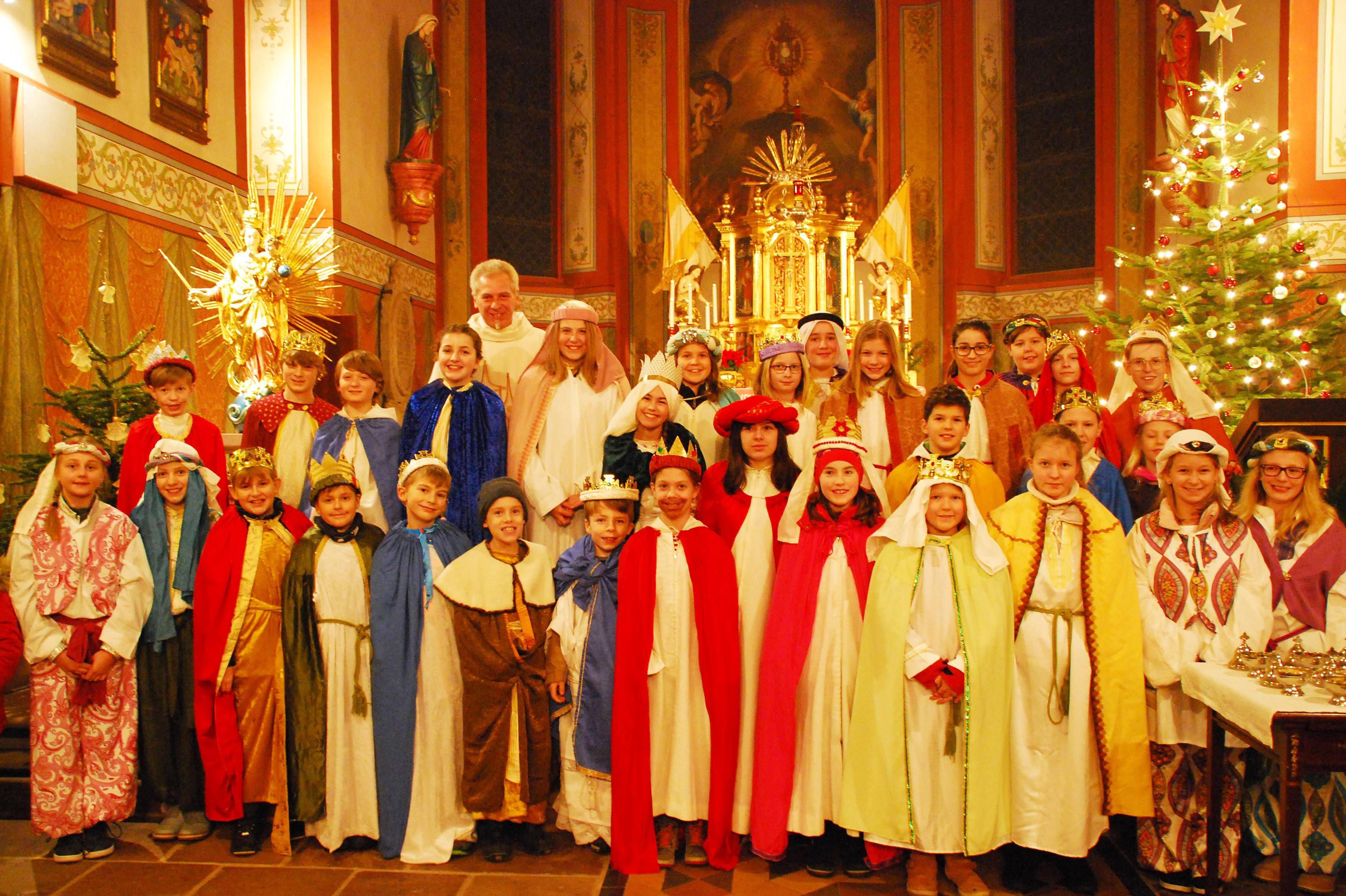 30 Kinder und Jugendliche sind von Pfarrer Andreas Reuter ausgesandt worden, um den Sailaufer Ortsbewohnern (Dekanat Aschaffenburg-Ost) Gottes Segen zum Neuen Jahr zu bringen und Spenden für Kinder in Not zu sammeln.