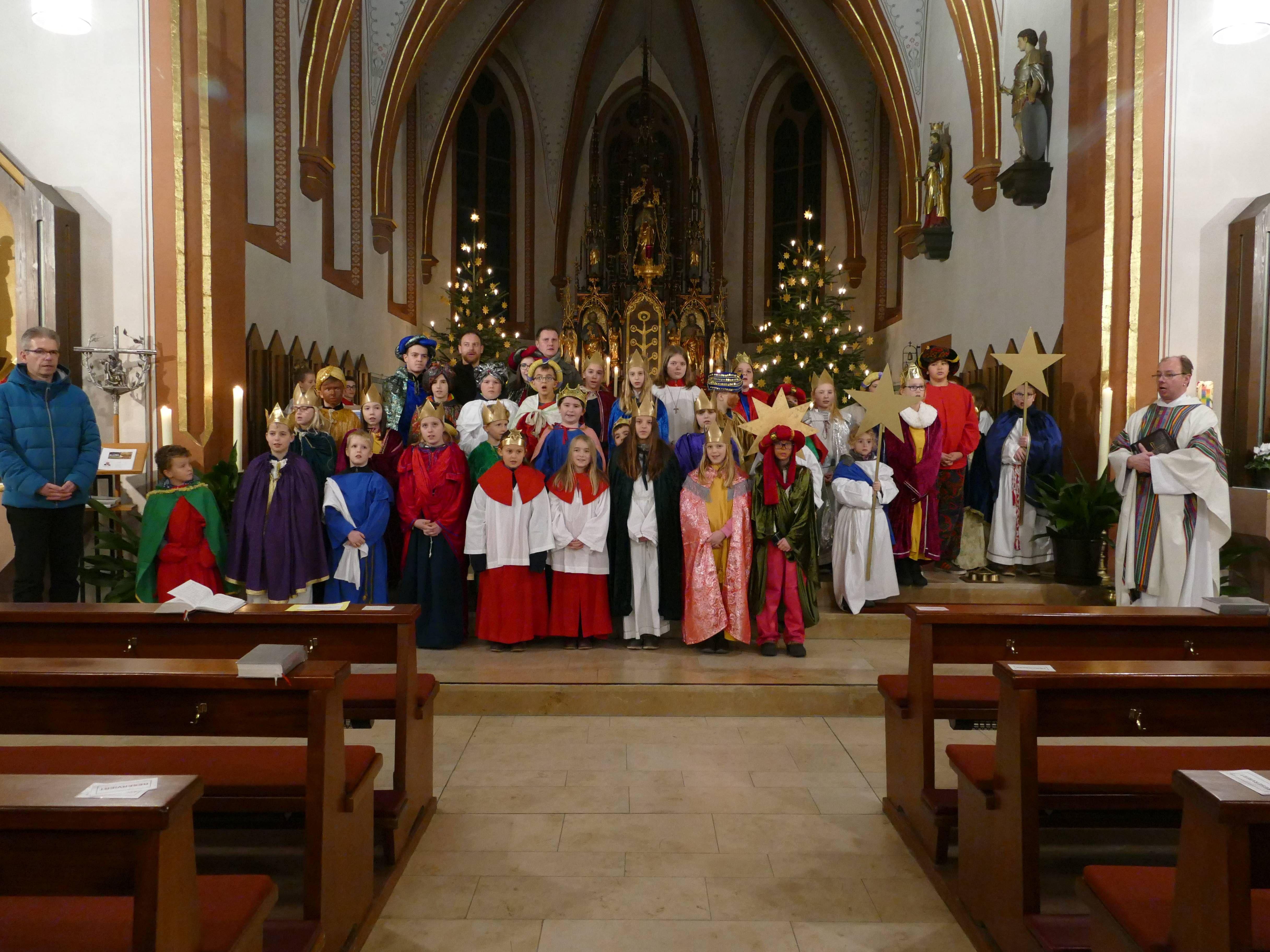 Gemeinsam wurden die Sternsinger der Pfarreiengemeinschaft Kirchzell (Dekanat Miltenberg) ausgesandt, bevor sie sich auf die Ortschaften Breitenbuch, Kirchzell, Ottorfszell, Preunschen und Watterbach aufteilten.
