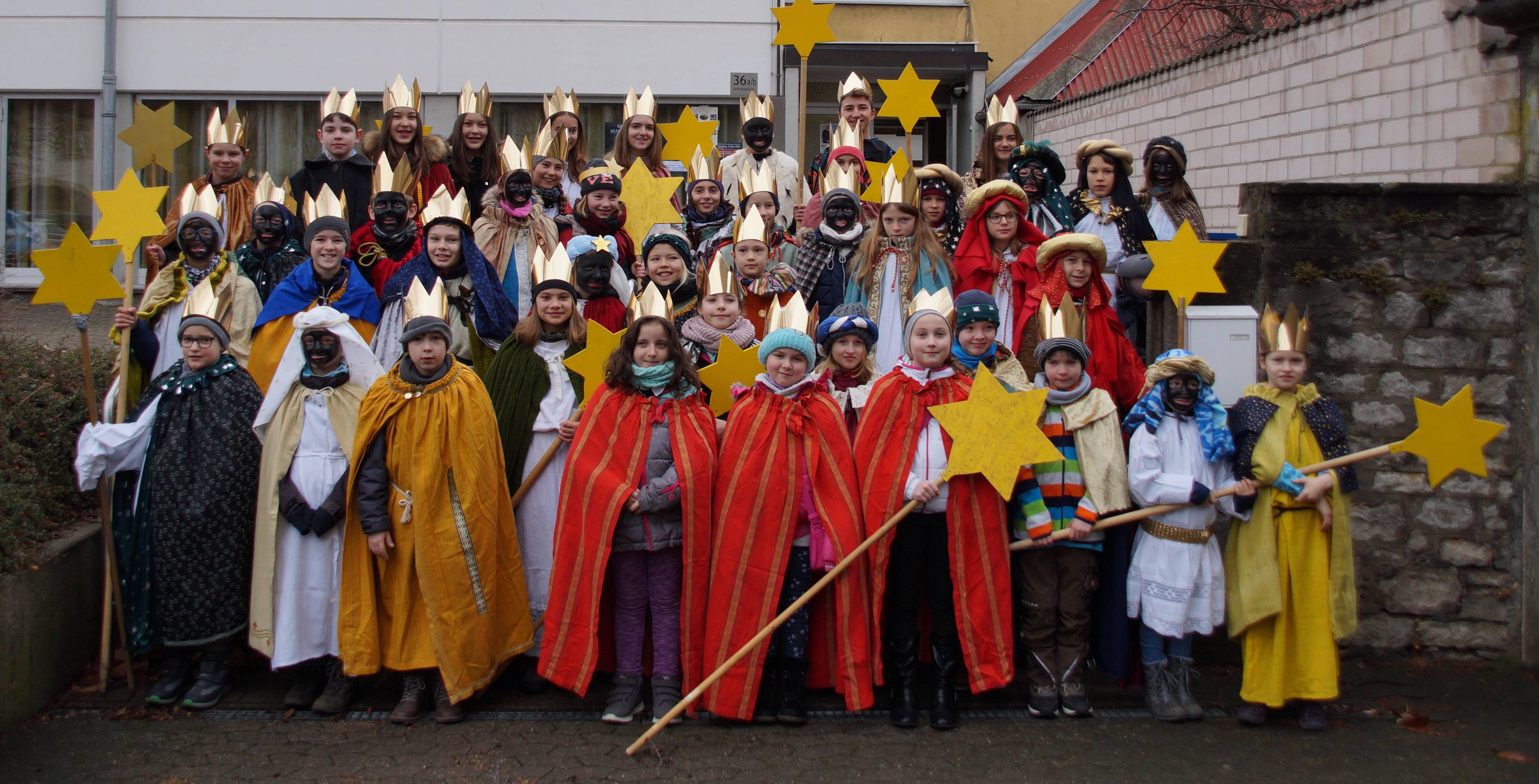 54 Kinder haben sich mit 14 Gruppen am Dreikönigstag in der Innenstadtpfarrei von Kitzingen St. Johannes (Dekanat Kitzingen) auf den Weg gemacht.