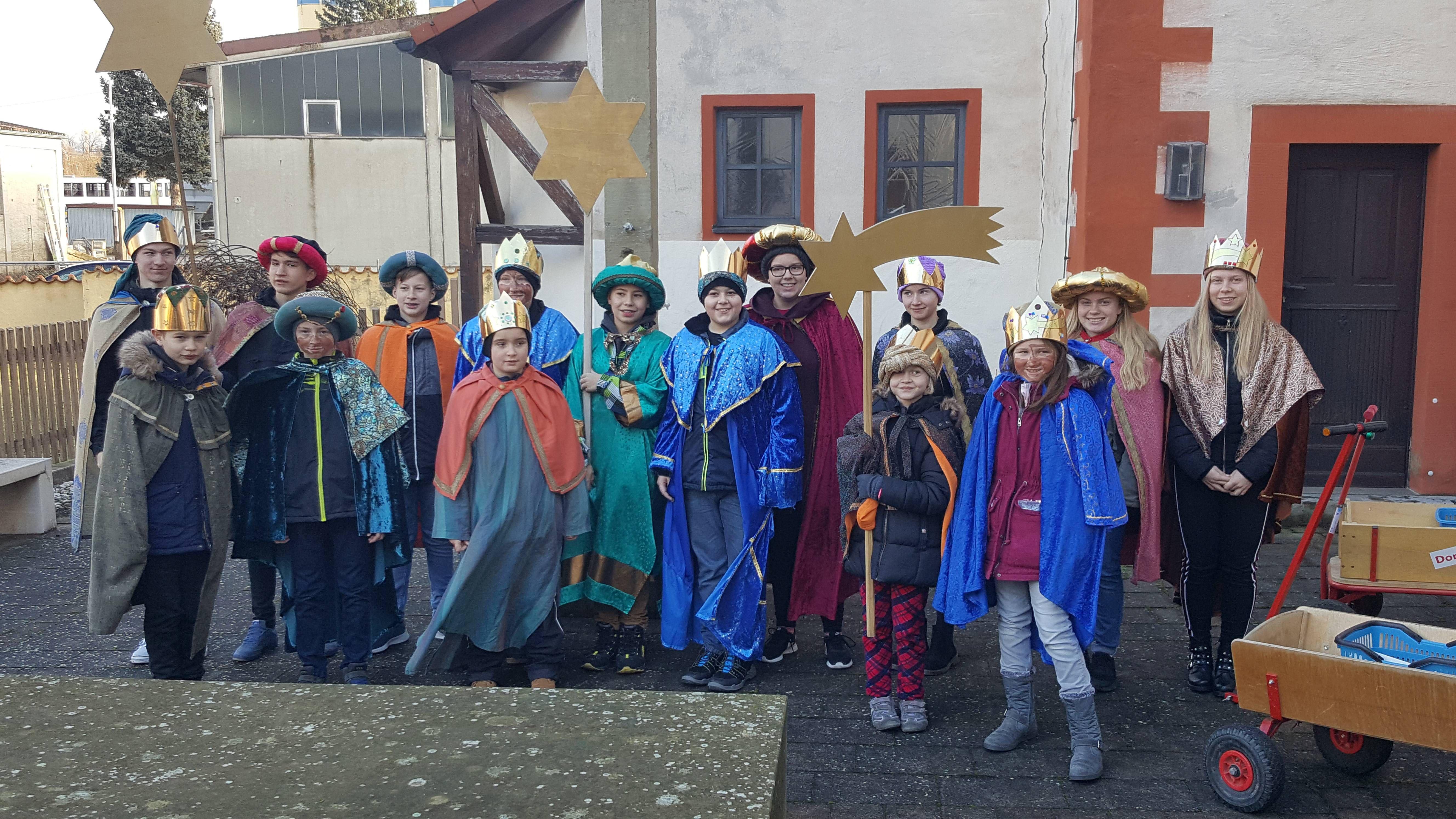 16 Sternsinger haben sich mit vier Gruppen in Astheim (Dekanat Kitzingen) am Dreikönigstag nach der Aussendung durch Pfarrer Hermann Josef Schöning auf den Weg durch das Dorf gemacht.