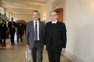 Generalvikar Thomas Keßler (rechts) verabschiedete Kanzler Professor Dr. Johannes Merz und wünschte ihm für die neue Aufgabe im Dienst des Erzbistums München und Freising Gottes Segen.