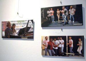 """Die Ausstellung """"Jambo - wie geht's Europa?"""" im Kolping-Center Mainfranken zeigt Bilder von einem Tanz-Projekt mit geflüchteten Menschen."""