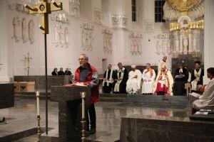 Rund 500 Personen feierten den ökumenischen Gottesdienst für Geflüchtete und Helfer im Würzburger Kiliansdom mit.