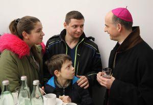 Bischof Dr. Franz Jung nahm sich bei der anschließenden Begegnung Zeit für persönliche Gespräche.