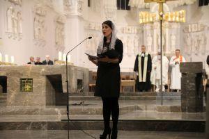 Eine Sängerin trug Glaubenslieder auf Armenisch vor.