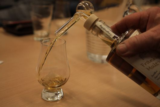 Moderate Menge: Eine spezielle Dosierhilfe sorgte dafür, dass jeder genau 2cl des jeweiligen Whiskys bekam.