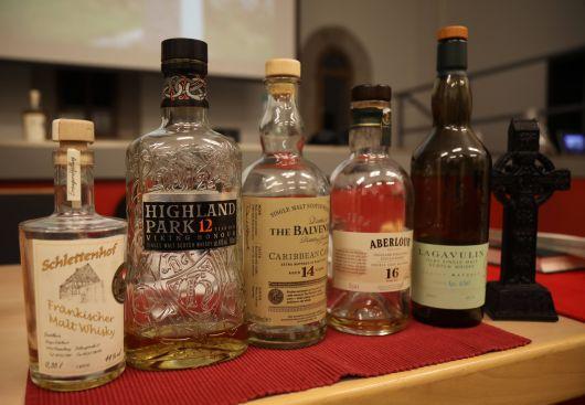 In der Reihenfolge von links nach rechts wurden den Teilnehmern der Exerzitien insgesamt fünf verschiedene Whiskys gereicht.