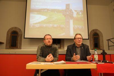 Whiksyfachmann Nico Grundhöfer (links) und Pfarrer Thomas Eschenbacher leiteten die besonderen Exerzitien im Hammelburger Pfarrsaal.