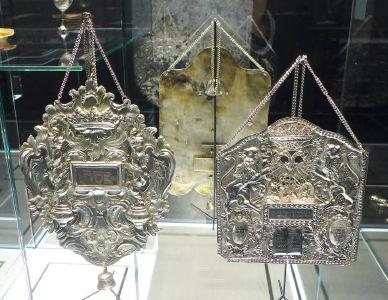 Zwei Tora-Schilde aus der Synagoge in Arnstein. Die Tora ist der erste Teil der hebräischen Bibel, die aus fünf Büchern besteht. Der Tora-Schild gehört zu den fünf Schmuckstücken der Tora.