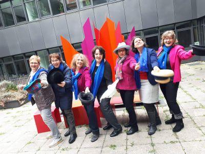 """Aktion """"Wir ziehen den Hut"""" des Katholischen Deutschen Frauenbunds (KDFB) zum Jubiläum 100 Jahre Frauenwahlrecht: Der KDFB-Diözesanvorstand Würzburg erinnert an die Einführung des Frauenwahlrechts."""