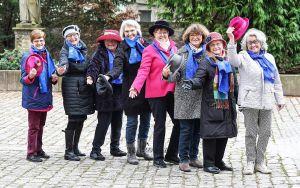 """Aktion """"Wir ziehen den Hut"""" des Katholischen Deutschen Frauenbunds (KDFB) zum Jubiläum 100 Jahre Frauenwahlrecht:  Der KDFB Kitzingen erinnert an die Einführung des Frauenwahlrechts."""