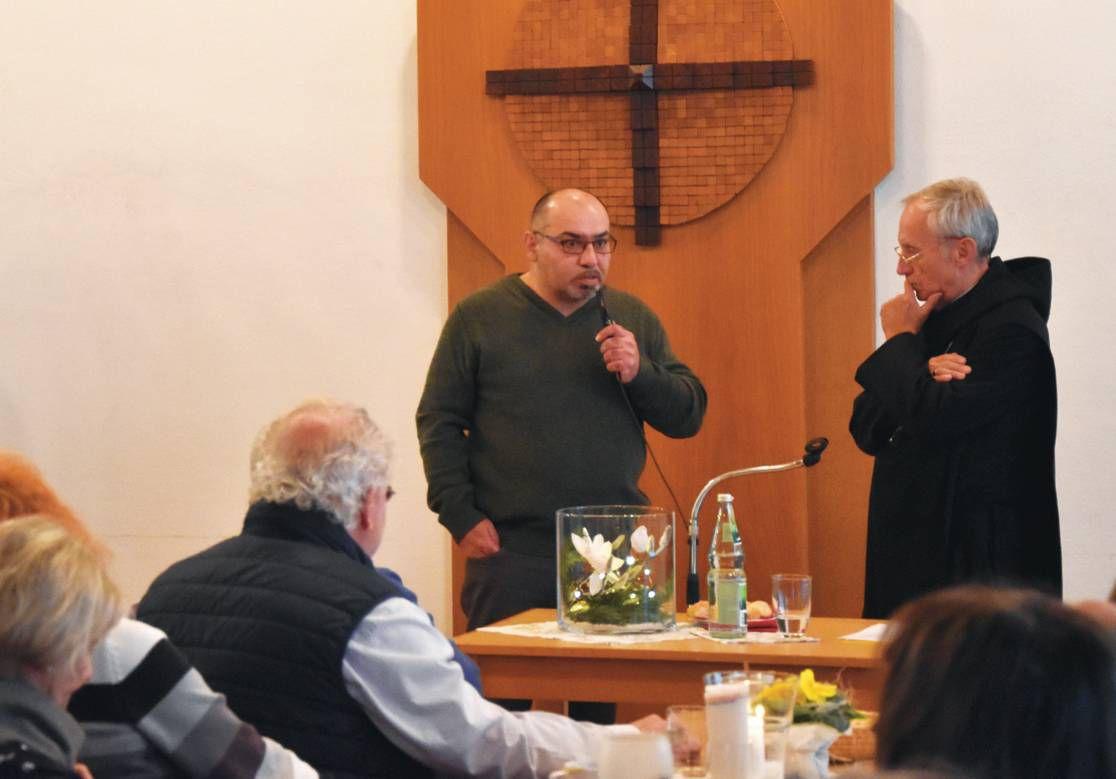 Der Benediktiner Notker Wolf (rechts) im Gespräch mit einem muslimischen Besucher des Vortrags