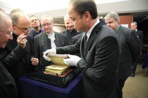 Bischof Dr. Franz Jung (2. von links) und das Würzburger Domkapitel nahmen in der Würzburger Universitätsbibliothek das Kiliansevangeliar und weitere historische Handschriften in Augenschein. Dr. Hans-Günter Schmidt, Leiter der Universitätsbibliothek, führte die Besucher.