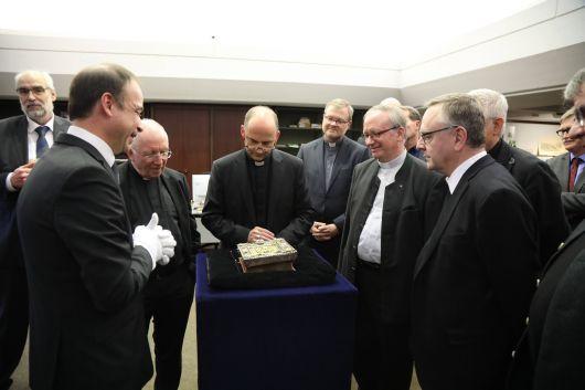 """Bischof Dr. Franz Jung und das Würzburger Domkapitel bekamen bei ihrem Besuch in der Würzburger Universitätsbibliothek zahlreiche wertvolle Handschriften aus der """"Würzburger Dombibliothek"""" gezeigt."""