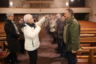 Ehrenamtliche Gottesdiensthelfer beräuchern sich gegenseitig während einer Weihrauchprobe im Dekanat Miltenberg.