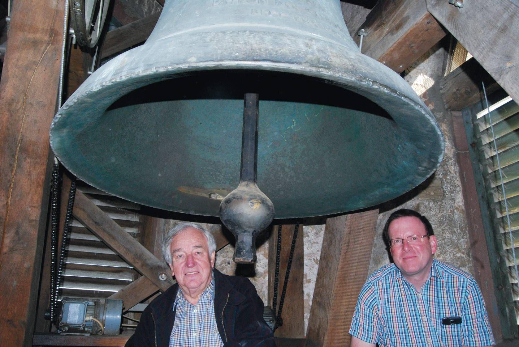 Der Ortschronist und frühere Bürgermeister Dr. Josef Ziegler mit Pfarrer Bernd Steigerwald (rechts) im Glockenstuhl der Pfarrkirche von Güntersleben. Die Glocke auf dem Foto ist die Josefsglocke von 1949.