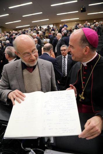 Professor Dr. Harald Lesch zeigt Bischof Dr. Franz Jung (rechts) sein Manuskript für den Festvortrag beim Würzburger Diözesanempfang 2019.