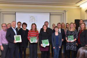 Sylvia Wagner (mit Urkunde für den 2. Platz in der Hand) und Domkapitular Clemens Bieber (rechts dahinter) nahmen die Auszeichnung für den Diözesan-Caritasverband entgegen.