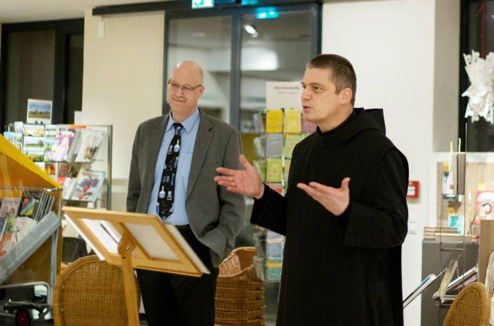 """Ihr gemeinsames Buch """"Womit das Vakuum"""" gefüllt ist stellten Christian Lorey (links) und Pater Christoph Gerhard in der Münsterschwarzacher Klosterbuchhandlung vor."""