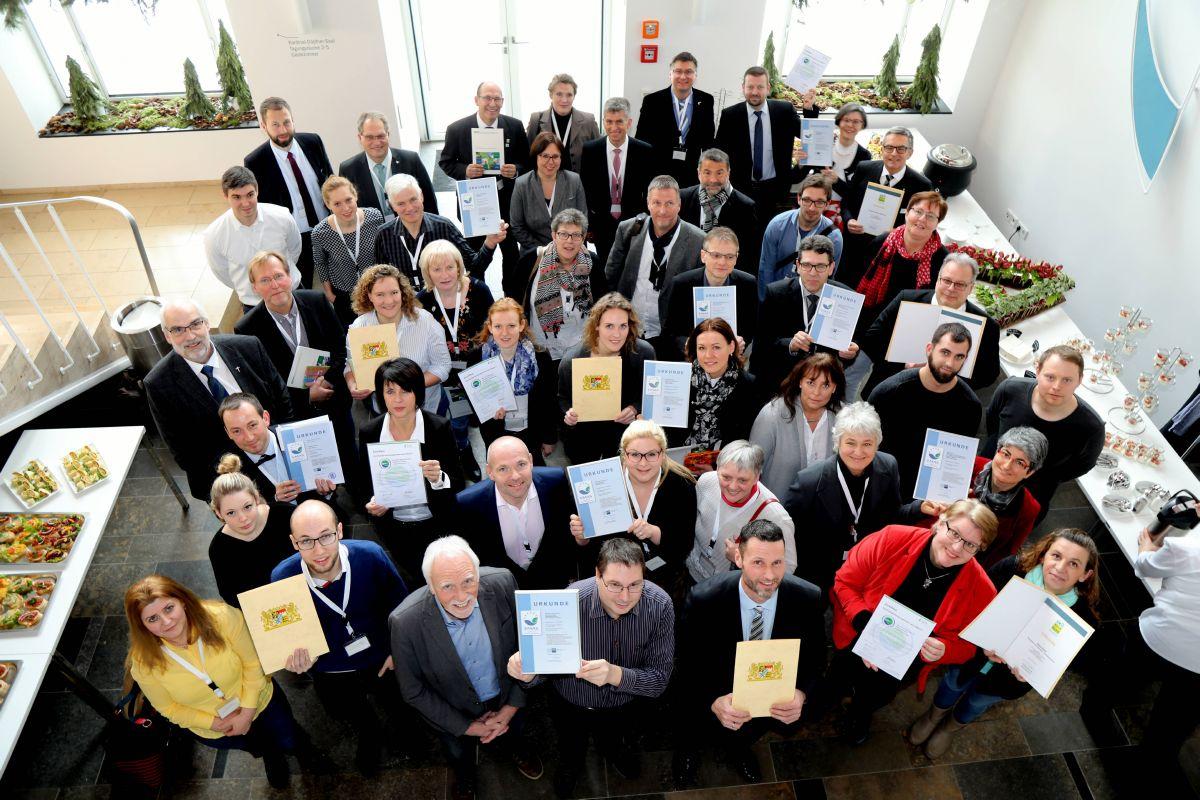"""Es ist vollbracht: Zufrieden zeigen sich die Beteiligten des """"1. Umweltmanagement-Konvois Unterfranken"""" mit den EMAS-Zertifikaten."""