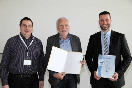 Über das EMAS-Zertifikat freuen sich die Mitarbeiter von Benedict Press aus Münsterschwarzach.
