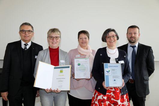 Über die EMASplus-Zertifizierung für das Burkardushaus Würzburg freuen sich unter anderem Domkapitular Dr. Helmut Gabel, Leiter der Hauptabteilung Außerschulische Bildung (links), Maria Reuß, Leiterin der Burkardushauses (2. von rechts) und Christof Gawronski, Umweltbeauftragter des Bistums (rechts).