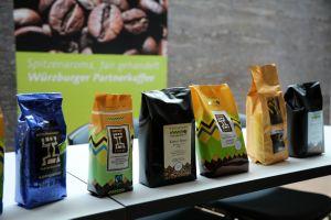 Ob als ganze Bohne oder gemahlen, für Filterkaffee oder Espresso: den Würzburger Partnerkaffee aus dem Hochland von Tansania gibt es als 500-Gramm- und als 250-Gramm-Packung.
