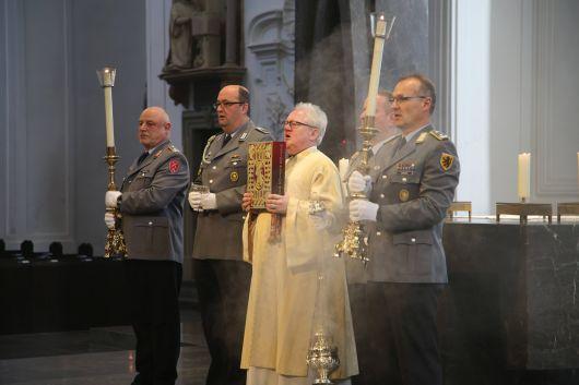 Die Soldaten als Messdiener feiern einen Gottesdienst zum Weltfriedenstag im Würzburger Kiliansdom.