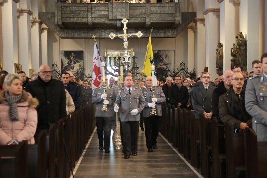 Einzug in den Kiliansdom: Bischof Dr. Franz Jung feiert anlässlich des Weltfriedenstages einen Gottesdienst mit Soldatinnen und Soldaten.