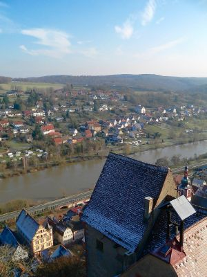 Vom 26 Meter hohen Bergfried aus dem 12. Jahrhundert geht der Blick über den Ostpalas mit der Burgkapelle hinunter ins Maintal und weit ins Umland.