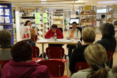 """Andrea Anhaus  (rechts) und Alexandra Schmitt (Mitte) bei ihrer Lesung """"Es war einmal in Würzburg. Maria Heybutzki zeigte die Illustrationen zu den Texten."""