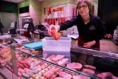 Umweltschutz in der Benediktinerabtei Münsterschwarzach: In der Metzgerei können die Kunden eigene Dosen für Wurst mitbringen.