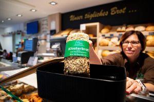 Umweltschutz in der Benediktinerabtei Münsterschwarzach: In der Bäckerei können die Kunden sich den Kaffee in den eigenen Mehrwegbecher füllen lassen.
