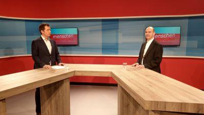 Beim Fernsehsender TVMainfranken erzählt Bischof Dr. Franz Jung (rechts) im Interview mit Studioleiter Daniel Pesch, was ihm in den kommenden Monaten im Bistum wichtig ist.