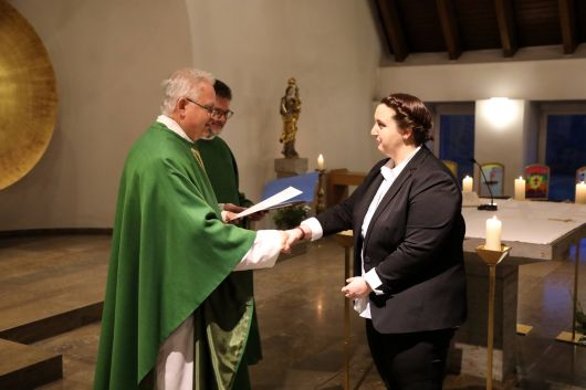 Bei einem Gottesdienst in der Hauskapelle des Würzburger Exerzitienhauses Himmelspforten hat Schulreferent Domdekan Prälat Günter Putz die Missio Canonica an Referendare verliehen.