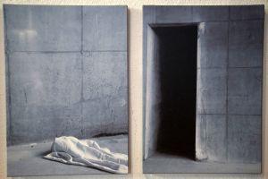 """Ben Willikens' Kunst ist minimalistisch und setzt sich mit Architektur und Licht auseinander. Links ist die Station """"Abnahme und Legung in den Schoß der Mutter"""" zu sehen, rechts die Station """"Grablegung""""."""