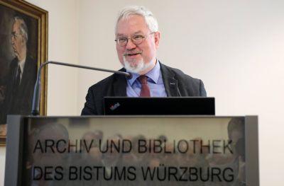 Professor Dr. Enno Bünz gab einen facettenreichen und kurzweiligen Einblick in die mittelalterliche Praxis der Grundsteinlegung für Kirchen.