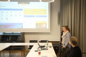 Das Besondere: Zur Schulung vor Ort im Würzburger Dompfarrsaal im Medienhaus der Diözese haben sich fünf weitere Auszubildende online dazugeschalten. Am Mikrofon des Laptops stellen sich die Azubis gegenseitig vor.