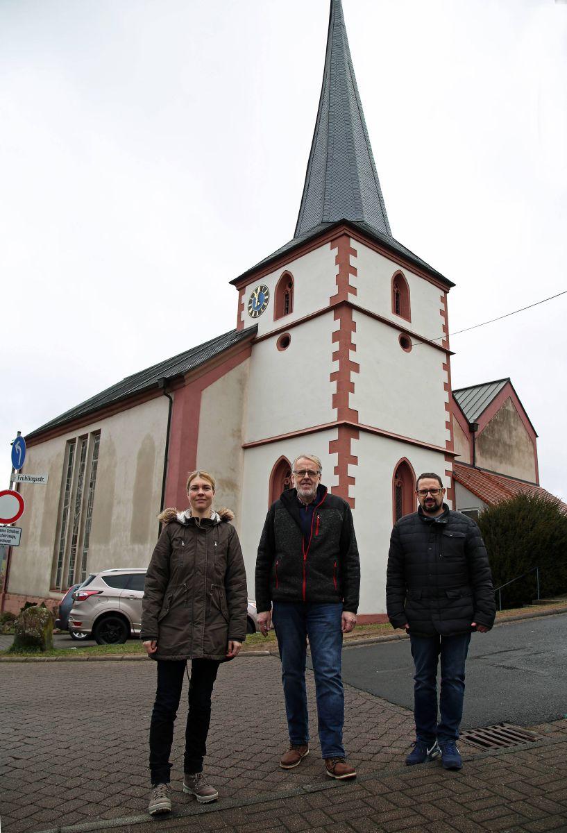 Die Pfarrkirche Sankt Bartholomäus in Motten wird ab Herbst 2019 teilweise rück- und neu aufgebaut. Das Team der Kirchenverwaltung freut sich auf den Beginn der Baumaßnahme (von links): Kirchenrechnerin Claudia Vogel, Kirchenpfleger Michael Mahr und Arno Schwarz.