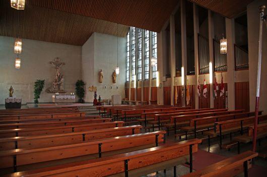 Die Pfarrkirche Sankt Bartholomäus in Motten wird ab Herbst 2019 teilweise rück- und neu aufgebaut. Der alte Kirchenraum mit seinen 448 Sitzplätzen war viel zu groß geworden und lässt sich nur schlecht heizen.