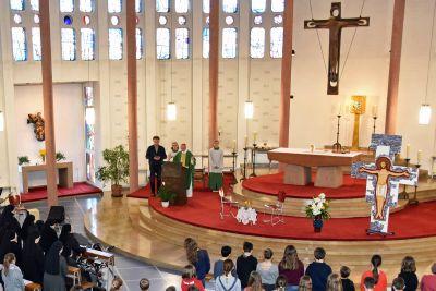 Mit einem Gottesdienst mit Diözesanjugendseelsorger Pfarrer Stephan Schwab feiert die Schulgemeinschaft der Theodosius-Florentini-Schule den Namenstag ihre Schulpatrons Pater Theodosius Florentini.