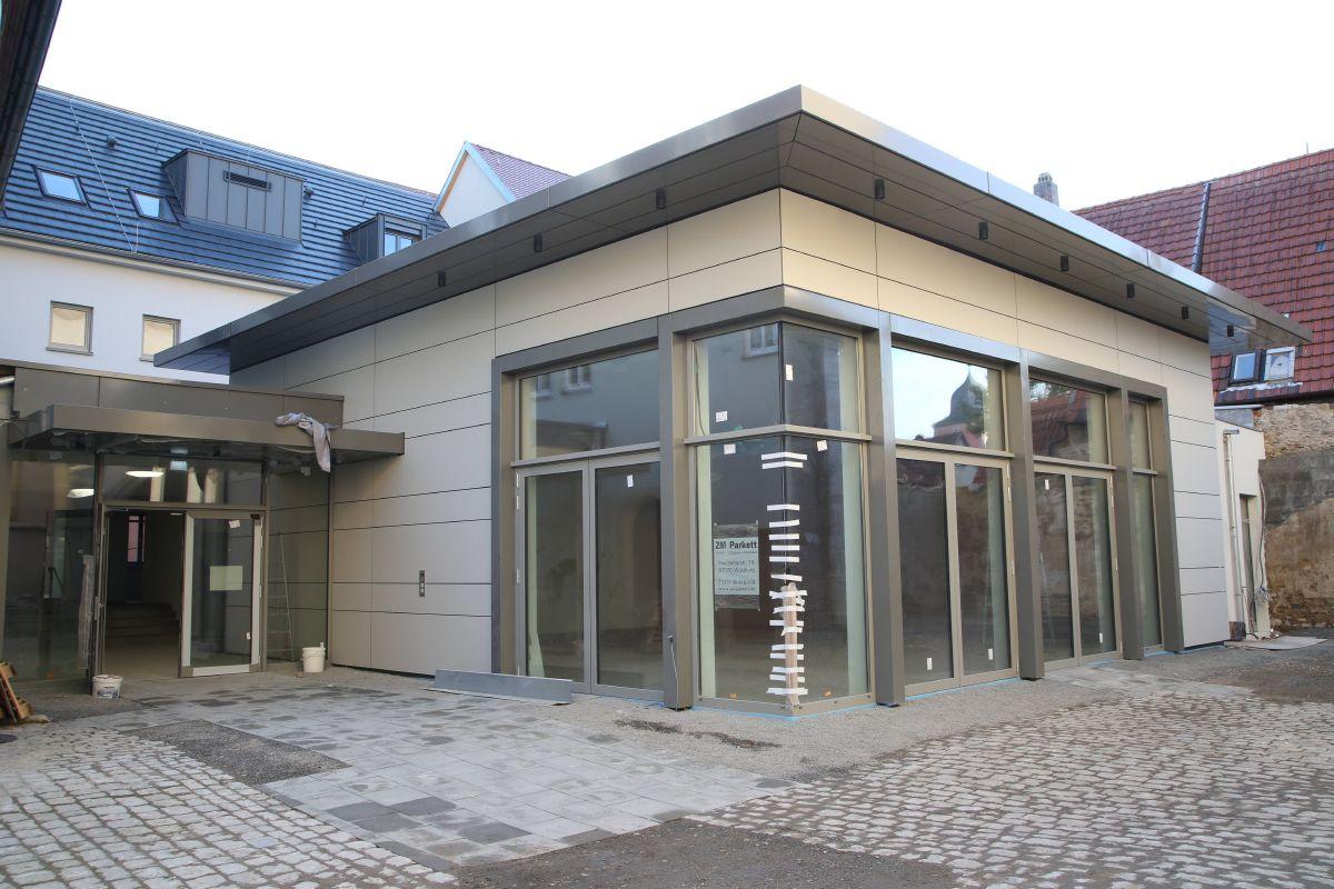 Das neue Pfarrzentrum Sankt Andreas in Ochsenfurt steht kurz vor der Fertigstellung. Hinter der Glasfront befindet sich der neue Pfarrsaal.
