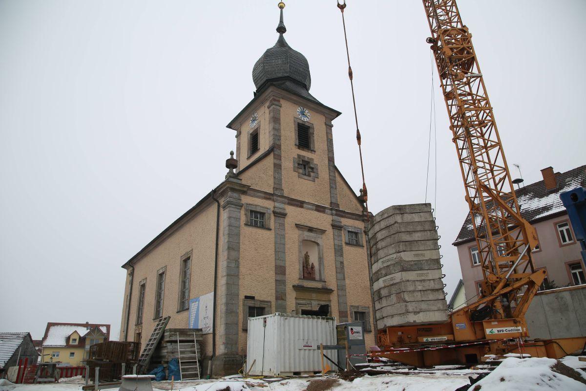 Die Barockkirche Mariä Himmelfahrt in Waldfenster wird um zwei Seitenschiffe und die Sakristei erweitert.