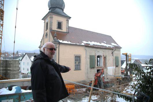 Dekan Stephan Hartmann zeigt, wo Sakristei und Seitenschiff angebaut werden.