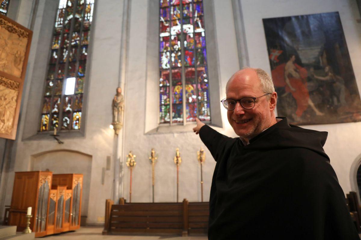 Augustinerpater Markus Reis zeigt auf die bunt bemalten Fenster aus dem 15. Jahrhundert. Diese werden in einem ersten Bauabschnitt grundlegend saniert.
